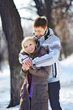 Liebevolle Paare im Winter bemannen das Umarmen der Frau Lizenzfreies Stockbild