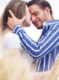 Liebevolle Paare, Mann, der Kamera betrachtet stockbilder