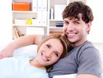 Liebevolle Paare mit glücklichem Lächeln Stockfotografie