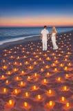 Liebevolle Paare am sandigen Strand des tropischen Sonnenuntergangozeans mit Los c stockfotografie