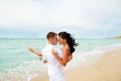 Liebevolle Paare am Strand Stockbild