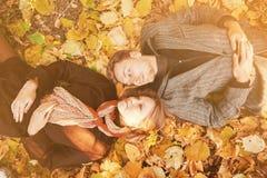 Liebevolle Paarreste im Herbstpark Lizenzfreies Stockbild