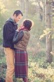 Liebevolle Paarsitzung im Park Stockbild