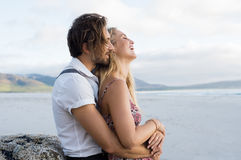 Liebevolle Paarumarmung Stockfotos