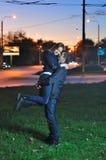 Liebevolle Paarumarmungen am Abend Stockfoto