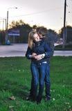 Liebevolle Paarumarmungen am Abend Lizenzfreie Stockbilder