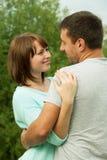 Liebevolle Paarumfassung im Freien im Park stockfotografie