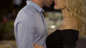 Liebevolle Paarumfassung, -Liebkosung und im Park -küssend Verführung und Datum stock footage