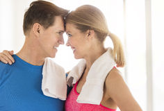 Liebevolle reife Paare in der Sport-Kleidung zu Hause Stockbild