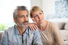 Liebevolle reife Paare, die sich zu Hause entspannen Stockfotografie
