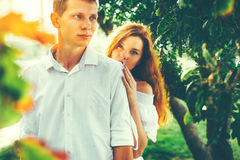 Liebevolle russische Paare im Landschafts-Sommer-Park Entspannen Sie sich Lebensstil-zusammen Konzept lizenzfreies stockbild