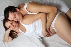 liebevolle schwangere Paare Stockfotografie