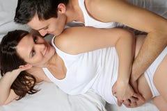 Liebevolle schwangere Paare Lizenzfreies Stockbild