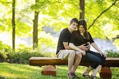 Liebevolle schwangere Paare Stockbilder