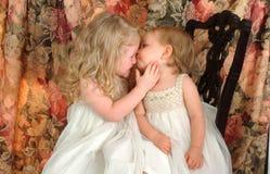 Liebevolle Schwestern Stockfotos