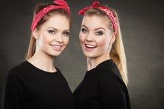 Liebevolle Schwestern im Retro- Stift herauf Stylization Lizenzfreie Stockfotos