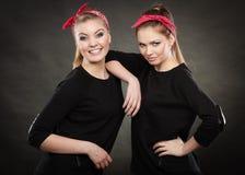 Liebevolle Schwestern im Retro- Stift herauf Stylization Lizenzfreie Stockbilder