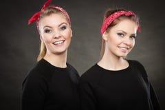 Liebevolle Schwestern im Retro- Stift herauf Stylization Stockfotografie