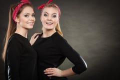 Liebevolle Schwestern im Retro- Stift herauf Stylization Stockbild