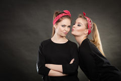 Liebevolle Schwestern im Retro- Stift herauf Stylization Stockbilder