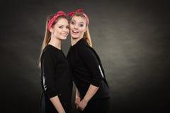 Liebevolle Schwestern im Retro- Stift herauf Stylization Stockfotos