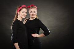 Liebevolle Schwestern im Retro- Stift herauf Stylization Stockfoto