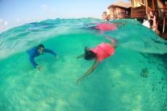Liebevolle Tauchenpaare der schönen Unterwasserliebe reizend Stockfotos