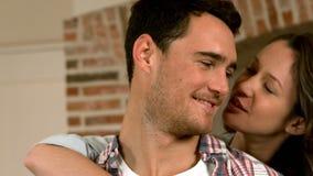 Liebevolle umfassende und umarmende Paare stock footage