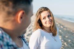 Liebevoller Blick das Mädchen betrachtet den Kerl Lizenzfreies Stockfoto