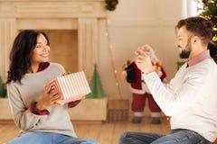Liebevoller Ehemann, der das Foto der Frau Geschenkbox halten macht lizenzfreies stockbild