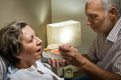 Liebevoller Ehemann im Ruhestand, der seine kranke Frau einzieht stockbilder