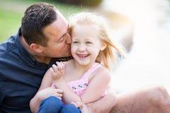 Liebevoller kaukasischer Vater und Tochter, die Spaß am Park hat Stockbilder