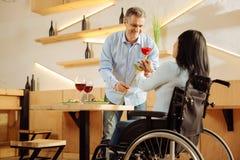 Liebevoller Mann, der seiner Frau eine Rose gibt Lizenzfreie Stockfotografie