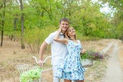 Liebevoller Mann und Frau Stockfotos