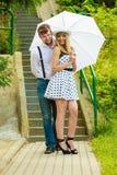 Liebevoller Paarretrostil, der auf Treppe flirtet Lizenzfreie Stockfotos