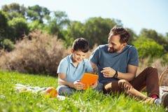 Liebevoller Vati, der Zeit mit seinem Sohn verbringt lizenzfreie stockfotografie