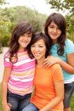 Liebevolles asiatisches Mutter- und Tochterlächeln Stockfoto