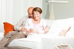 Liebevolles Coupé von mittlerem Alter, das sich zu Hause entspannt Lizenzfreies Stockbild