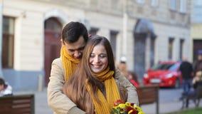 Liebevolles junges Paar geht die Straßen von altem Lemberg stock video