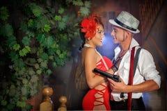 Liebevolles Mädchen und der Kerl mit dem Gewehr am Baum Stockfotografie