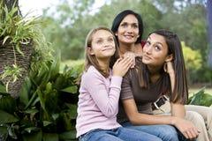 Liebevolles Mutter- und mit zwei Töchternsitzen stockbilder