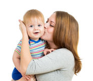 Liebevolles Mutterholding-Baby getrennt auf Weiß stockfoto