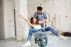 Liebevolles Paar hat Spaß, während sie Haus erneuern stockbilder