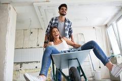 Liebevolles Paar hat Spaß, während sie Haus erneuern stockfotos