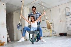 Liebevolles Paar hat Spaß, während sie Haus erneuern lizenzfreies stockfoto