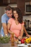 Liebevolles Paar macht Abendessen zusammen Lizenzfreie Stockfotos