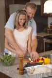 Liebevolles Paar macht Abendessen zusammen Stockfotografie