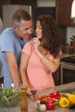 Liebevolles Paar macht Abendessen zusammen Lizenzfreies Stockfoto