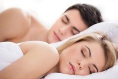 Liebevolles Paarschlafen. Stockfotos