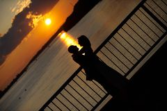 Liebevolles Paarumarmen Stockfoto